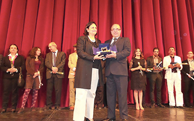 Chokri Mabkhout receiving his award from Minister of Culture Latifa Lakhdar. Photo credit http://www.kapitalis.com.